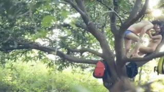 पेड़ के उपर गर्लफ्रेंड के साथ सेक्स