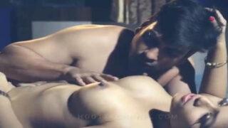 सेक्सी गर्लफ्रेंड की हॉट चुचि चुसाई सेक्स वीडियो
