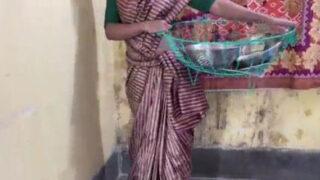 बर्तन बेचने वाली लड़की की गरम चूत चुदाई