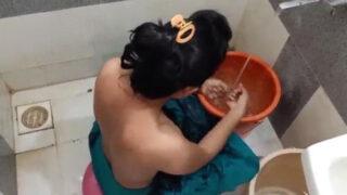 साबुन लगाके बीवी की चूत चुदाई की बातरूम मे