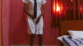 स्कूल ड्रेस पहेनी हुई लड़की की चूत चुदाई